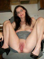 Wow what an awesome pussy. Very inviting.