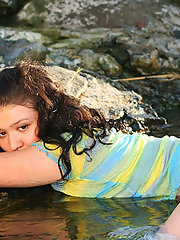 Plump beach babe spreads her little..