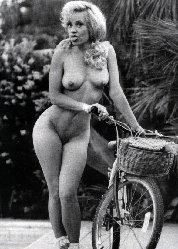 Boobs Linnea Quiggley Nude Pics